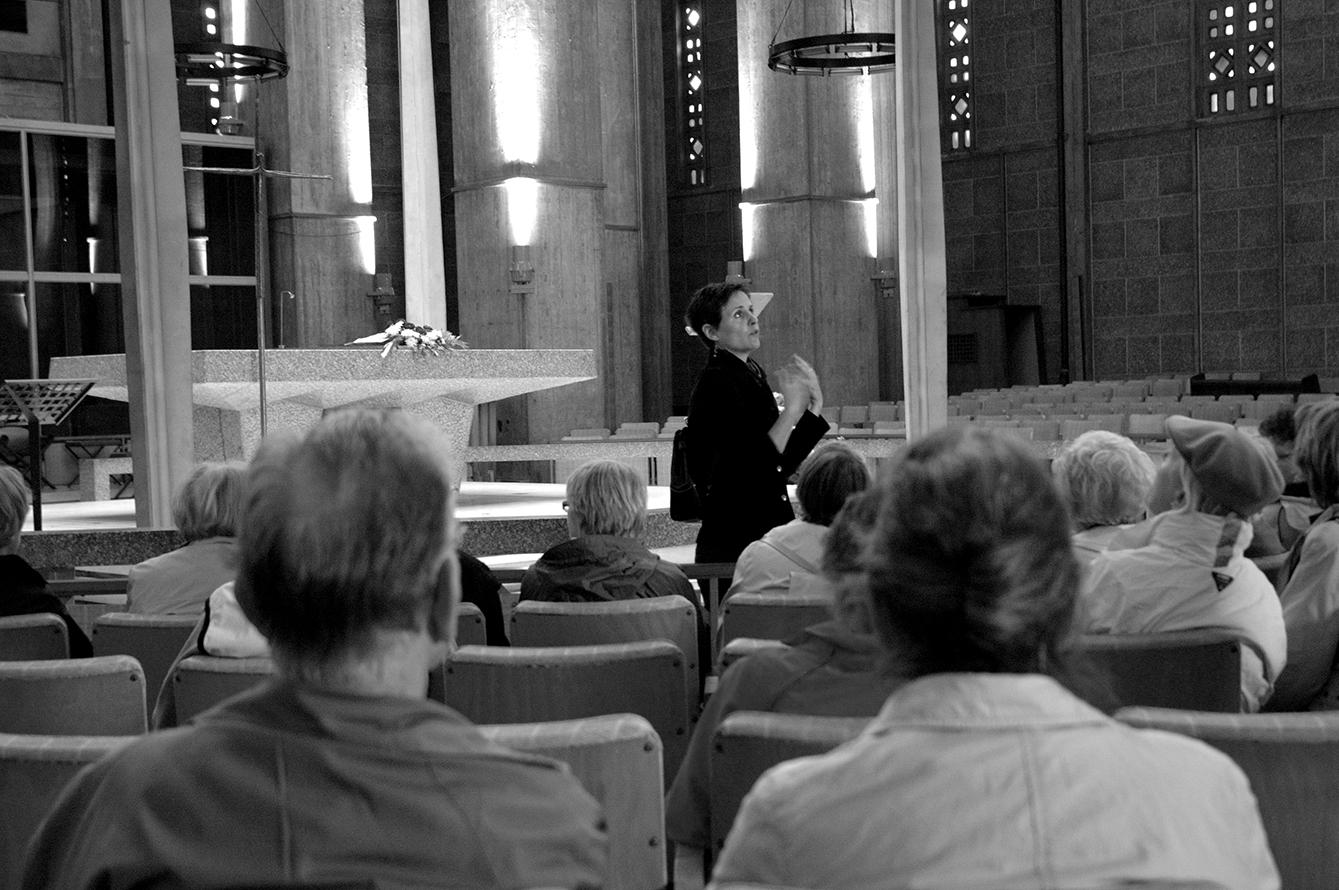 Médiatrice du patrimoine moderne à l'Église Saint Joseph d'Auguste Perret, Le Havre, 2006. Étude photographique sur la valorisation du patrimoine moderne de la ville du Havre. Arnaud Jammet, «Present(s)», parcours d'expositions 2006.
