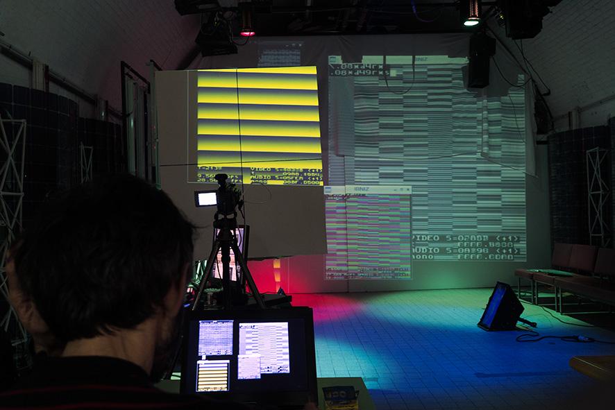 Une démo du logiciel libre IBNIZ, par Emoc (portes logiques), en parrallèle aux premiers tests du grill lumière avec Whitecat.