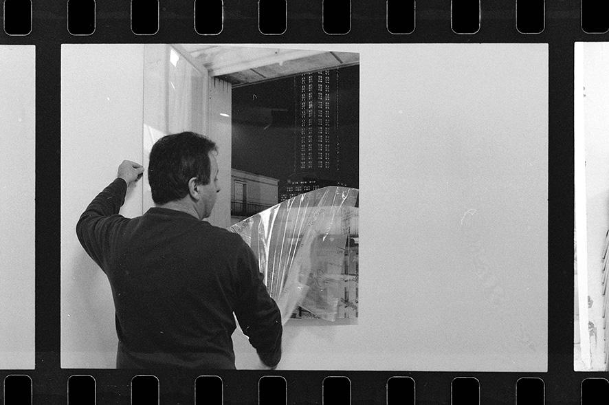Défilmage d'une photographie sous plexiglass de l'Église Saint Joseph d'Auguste Perret au MUMA (Musée Malraux). Étude photographique sur la valorisation du patrimoine moderne de la ville du Havre. Arnaud Jammet, «Presents(s)», parcours d'expositions 2006.