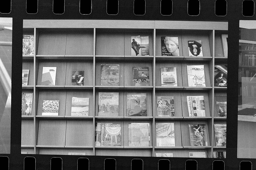 Présentoir de revues au MUMA (Musée Malraux). Étude photographique sur la valorisation du patrimoine moderne de la ville du Havre. Arnaud Jammet, «Present(s)», parcours d'expositions 2006.