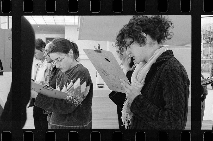 """Médiatrices prenant des notes pour la présentation d'une exposition sur l'architecture moderne au Musée Malraux, au moment où celui-ci était renommé """"MUMA"""", Le Havre, 2006. Étude photographique sur la valorisation du patrimoine moderne de la ville du Havre. Arnaud Jammet, «Present(s)», parcours d'expositions 2006."""